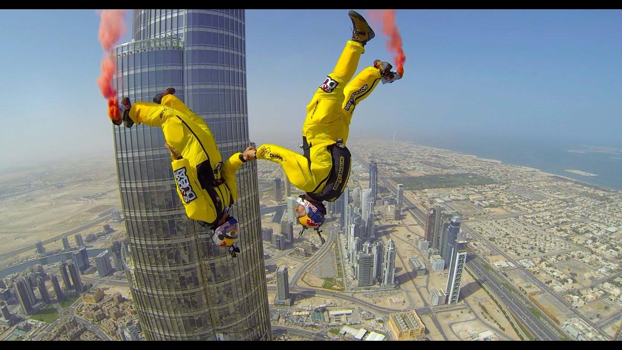 wow..Daredevil Fred Fugen dan Vince Reffet memecahkan rekor dunia untuk 'BASE jump' tertinggi di dunia awal pekan ini dengan terjun diri dari puncak gedung pencakar langit setinggi 2.717 kaki, Burj Khalifa di Dubai.