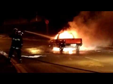 Vídeo Vídeo: Carro vira bola de fogo na rotatória do Shopping