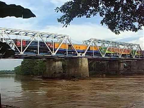Kereta Api Banten Ekspres melewati Jembatan Lebak Sambal Sungai Ciujung RangkasBitung