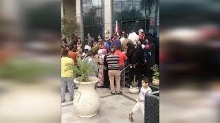 تكدس المواطنين أمام فروع البنك الأهلي