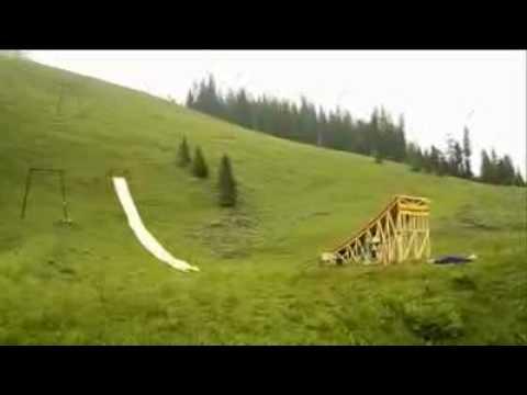 Śmieszny filmik - Bardzo Odważny Skok Do Basenu