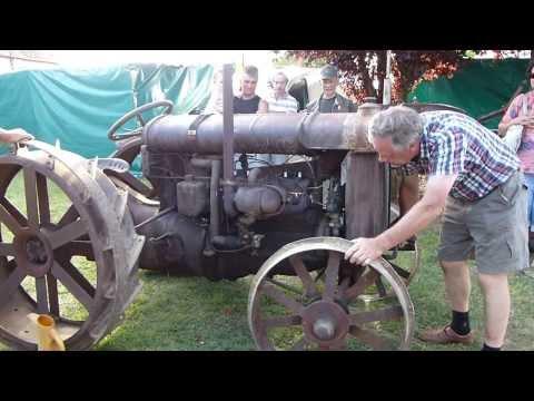 Démarrage d'un très vieux tracteur Sarsay 2013 Fête de la batteuse