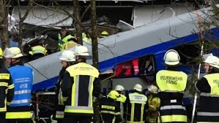AP-10 killed, 100 injured in German train crash