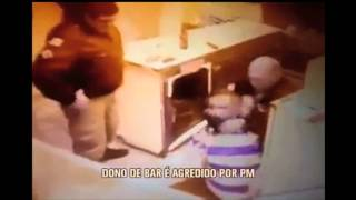 V�deo mostra policial agredindo dono de bar durante batida policial