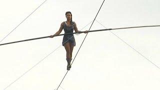 فتاة تمشي على حبل معلق في منطقة مونمارتر