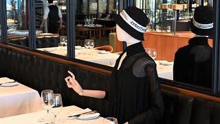 """مطعم كندي يلجأ إلى """"التماثيل"""" للالتزام بقواعد التباعد الاجتماعي"""