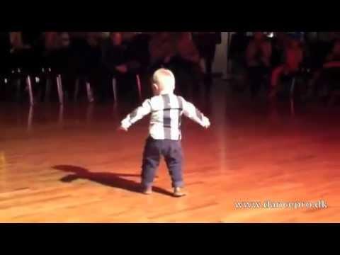 Em Bé 2 Tuổi Nhảy Theo Nhạc Bài Paso Doble - Đáng Iu Chết Đi Được :x