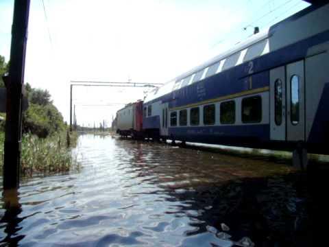 Iulie-2010.Inundatii la Galati.Trenuri care merg prin apa in zona Barbosi.
