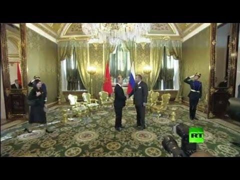 لحظة لقاء الملك محمد السادس مع الرئيس الروسي فلاديمير