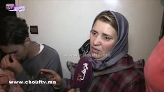 بالفيديو:لقطة مؤثرة ممزوجة بالدموع ..أخ الفتاة المختطفة باس ليها رجليها بعد عودتها إلى منزلها..شوفو ردة فعل الأم |