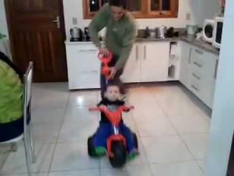 Bebê, dando zerinho e empinando a motoca.