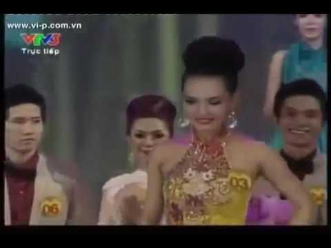 Minh Tú chen giữa hai thí sinh trong Chung kết siêu mẫu Việt Nam 2011