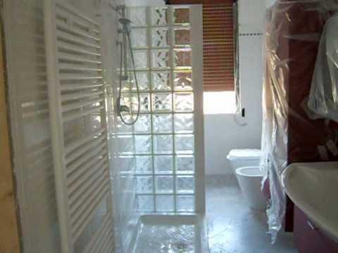Bagno con doccia in vetro cemento youtube for Box doccia in muratura foto