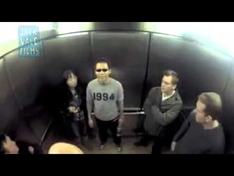 Broma del pedo en el ascensor