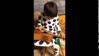 Bocah ini matanya boleh buta, tapi lihat aksinya main gitar dan nyanyi blues