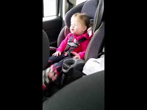 طفلة تتفاعل مع إيقاعات أغنية تايلور سويفت