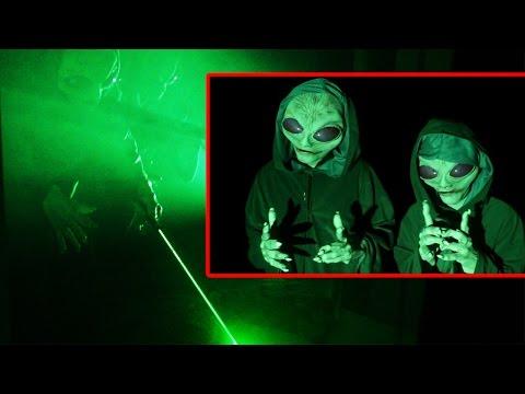 Инвазија од вонземјани!? Двајцата најдобри другари го преплашија дечкото на многу оригинален начин.