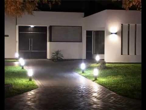 Consejos para iluminar el jard n youtube for Focos para exterior jardin