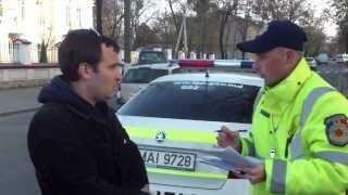 Poliția patrulare oprește taxiuri cu călători pentru centura nepusă