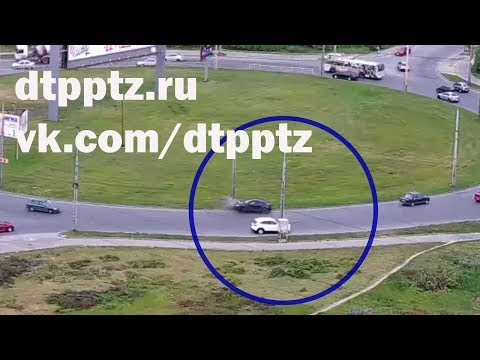 На Чапаевском кольце Шевроле врезался в опору уличного освещения