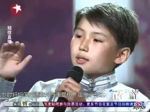 Cậu bé mồ côi 12 tuổi hát gây xúc động hàng nghìn người - Mother in the dream