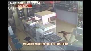 Menores s�o detidos em tentativa de assalto a joalheria; v�deo mostra chegada da pol�cia