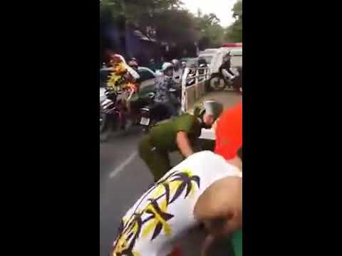 Nhóm thanh niên hổ báo đánh nhau với công an