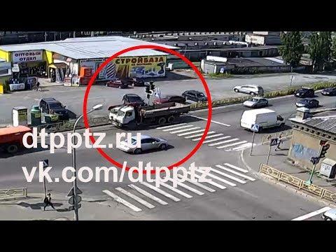 На улице Шотмана столкнулись КАМАЗ и велосипедист