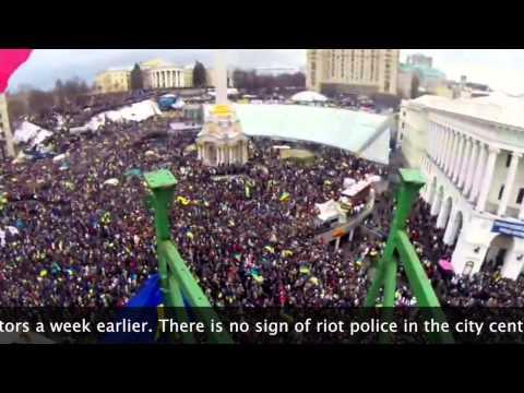 Ukraine Protesters Fill Kiev, Topple Lenin Statue