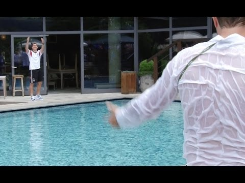 Lukas Podolski wirft Journalisten in den Pool | DFB-Trainingslager Südtirol