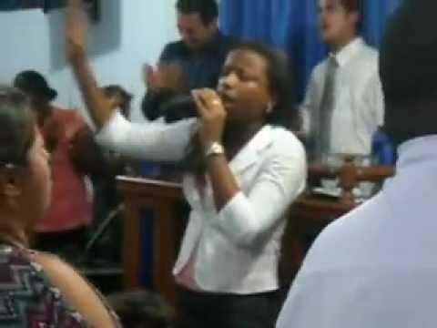 Monica Nascimento cantando explodir de poder