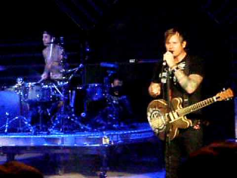 Hình ảnh trong video Blink-182 Live - Tom Screws Up The Song and