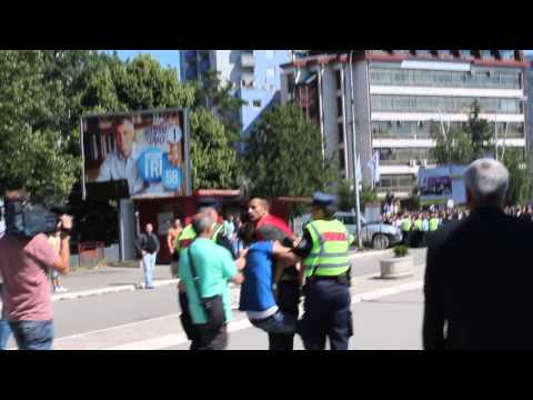 Demonstracije u Južnoj Mitrovici: policajci vraćaju demonstranta ka Južnoj Mitrovici