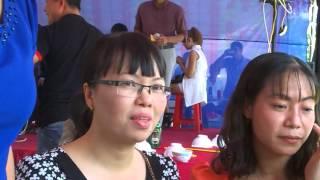 Nghệ sĩ Thương Tín hát tại đám tân gia ở Bình Dương