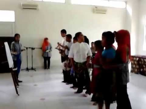 Anak autis bermain angklung,pada saat acara Open House Sekolah Citra Nindya. Tonton di http://www.youtube.com/watch?v=jvqZi3utn2A