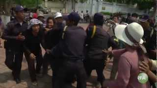 Boeung Kok resident and Phnom Penh police in front of Hun Sen's house