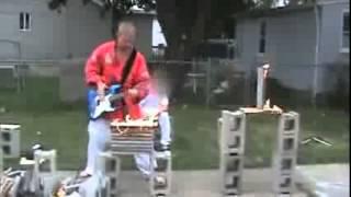 Main gitar sambil karate