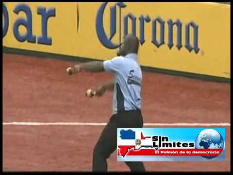 Espectacular baile de un guardia de seguridad en un partido de baseball.