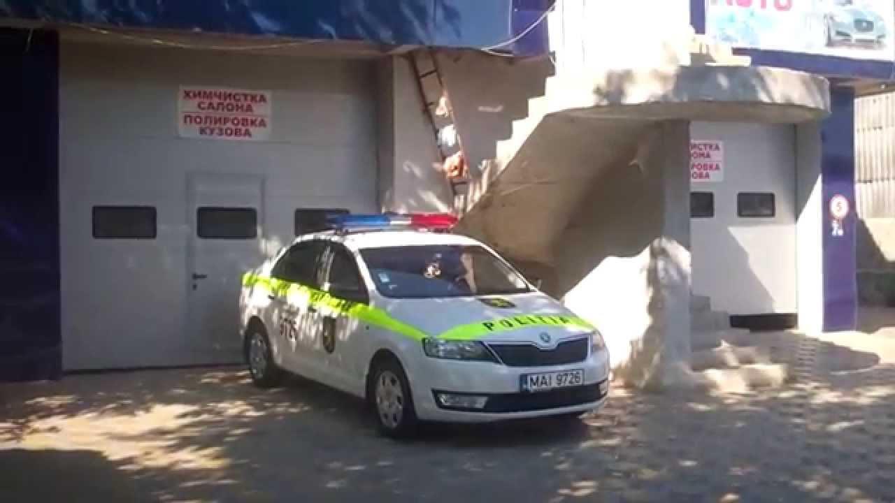 Mașina poliției patrulare stă la o spălătorie oarecare