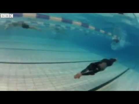 In Swimming pool Freediver reveals breath holding secrets