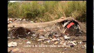Carreta tomba na BR-040, em Santos Dumont