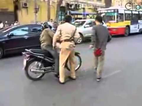 Cảnh sát giao thông bị tai nạn