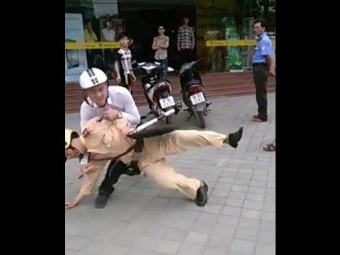 Đánh nhau taxi và xe máy công an giao thông bất lực