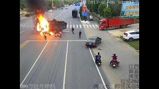 سرعة البديهة تنقذ سائق دراجة نارية من الموت حرقا | زووم