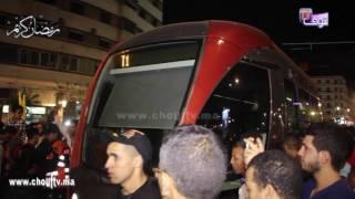 بالفيديو..لقطة طريفة من مسيرة الشموع..المحتجين حبسو الترامواي فكازا..شوفو ردة الفعل |