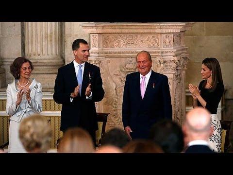 Le roi Juan Carlos 1er signe la loi permettant son abdication