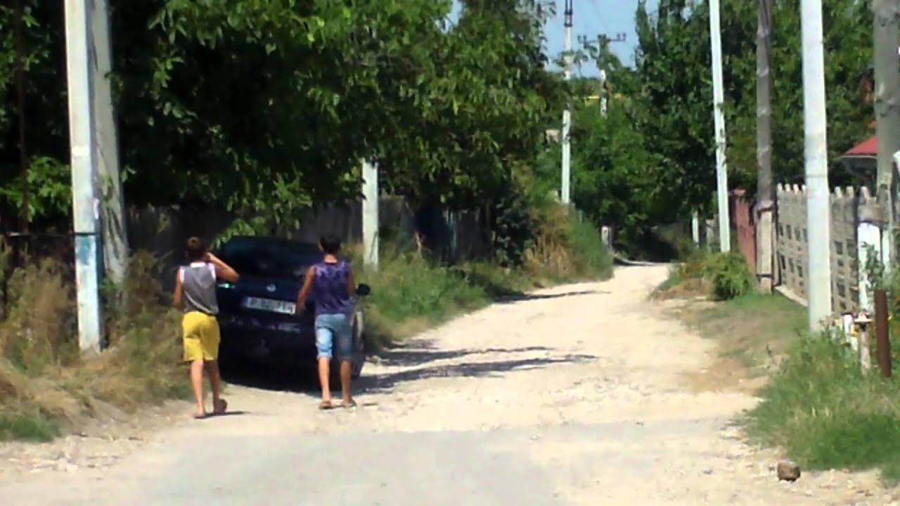 Căldură mare la Trușeni, lumea bea și doarme pe stradă