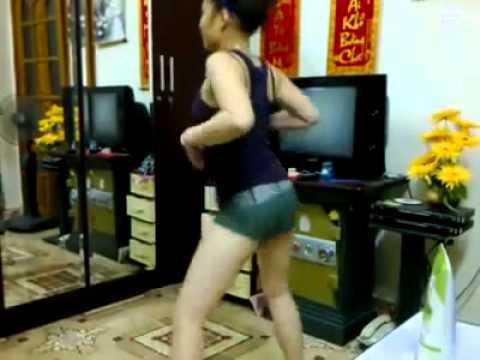 Em nhảy sexy khoe hàng trước webcam vai