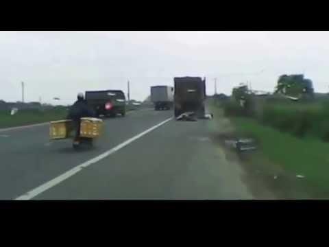 Kinh hoàng tai nạn vượt xe tải bị cán chết tại chỗ