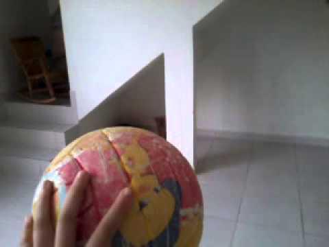 Cadela com raiva da bola bate no marido